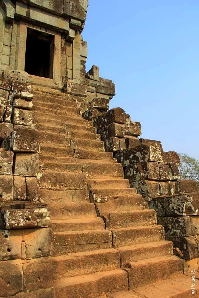 Самый высоких их храмов Ангкора - Та Кео
