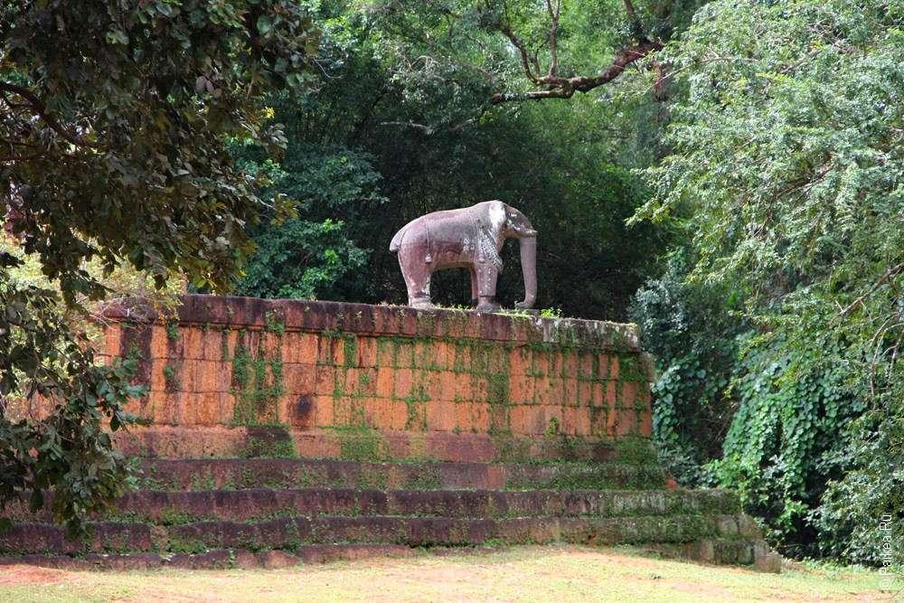 Статуя Слона на террасе кхмерского храма