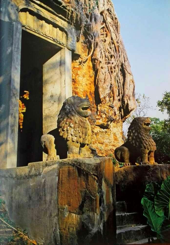 Вход в храм и статуи львов