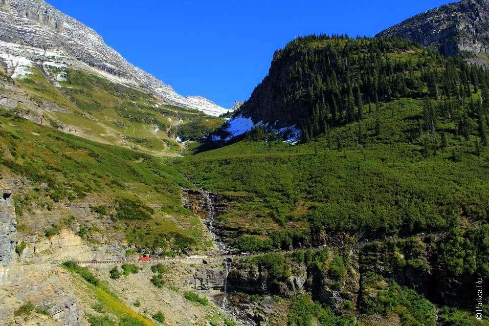 Водопад на горной дороге