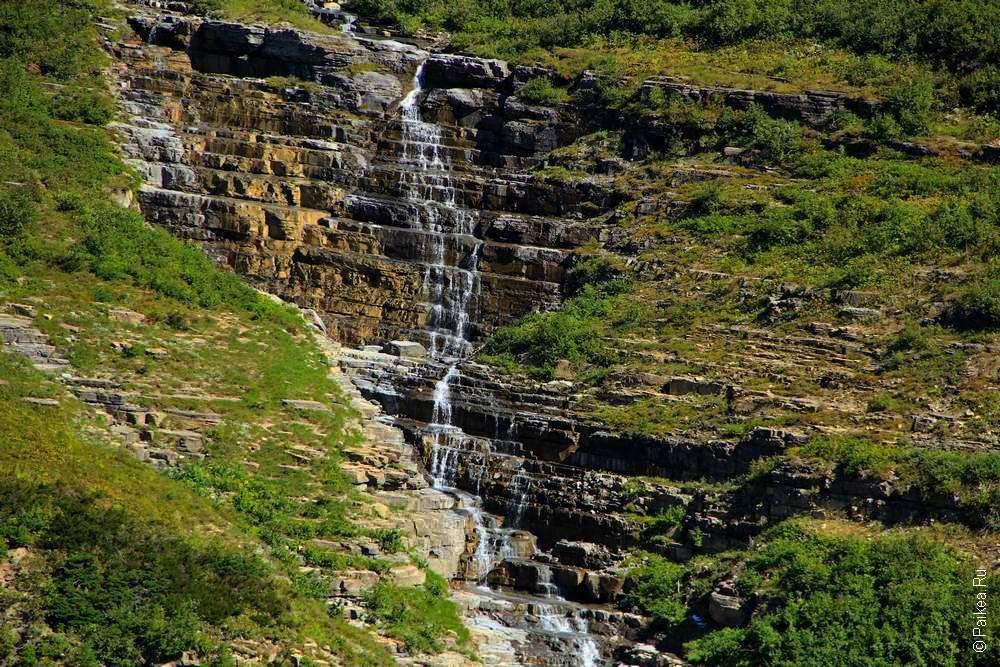 Водопад в скалах