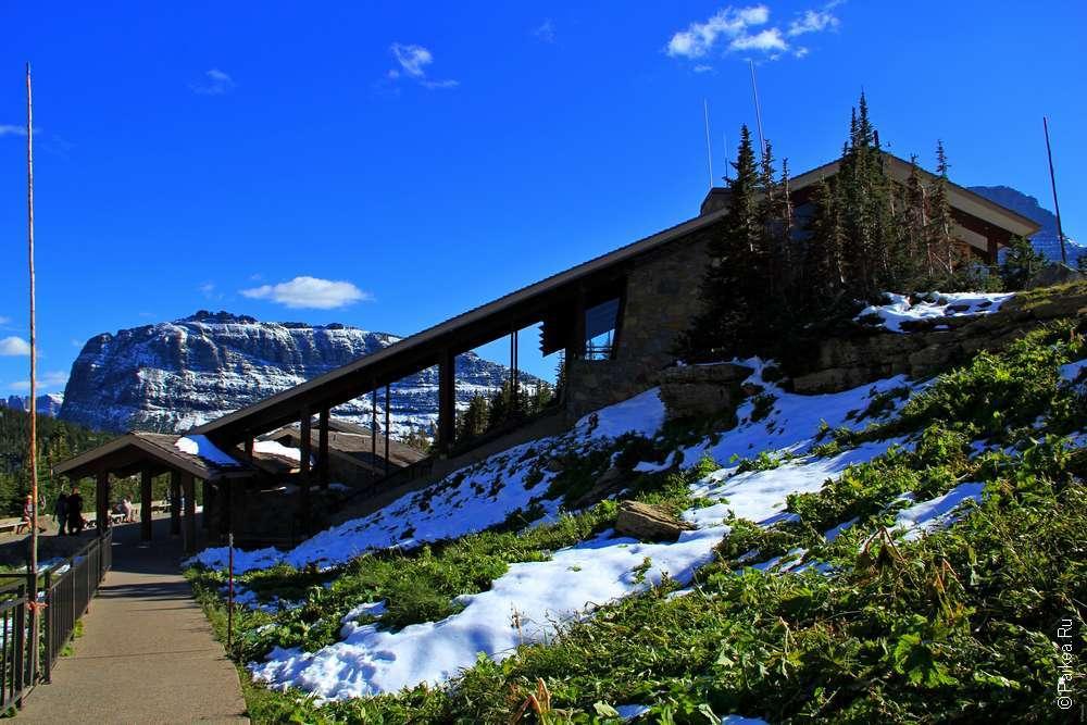 Здание визитор-ентра на фоне горного пейзажа