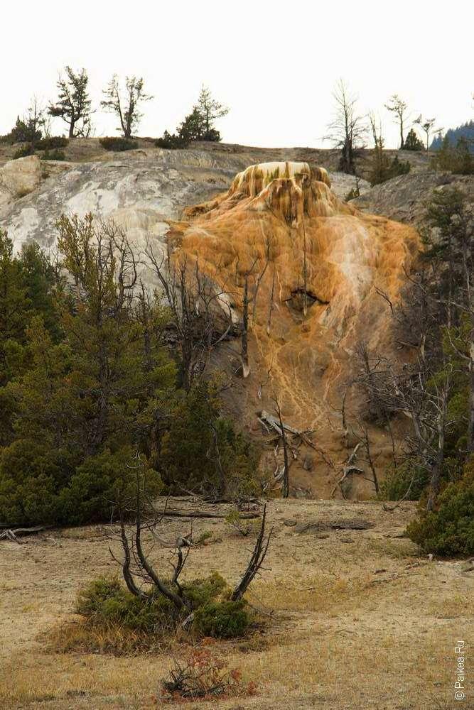 Геотермальный источник на холме