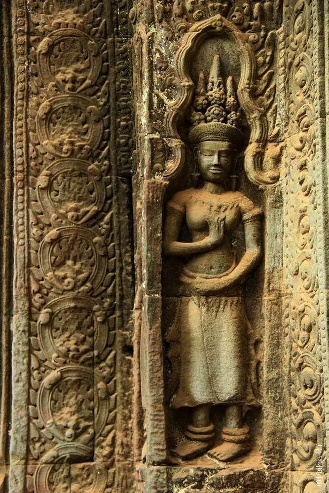 Женская фигура в оформлении храма Та Пром