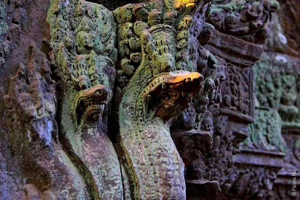 Наги в кхмерском храме
