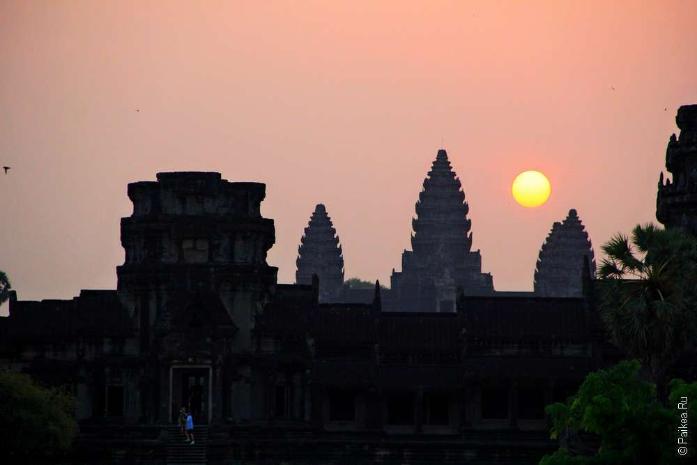 Рыжее солнце встало над башнями Ангкор Вата