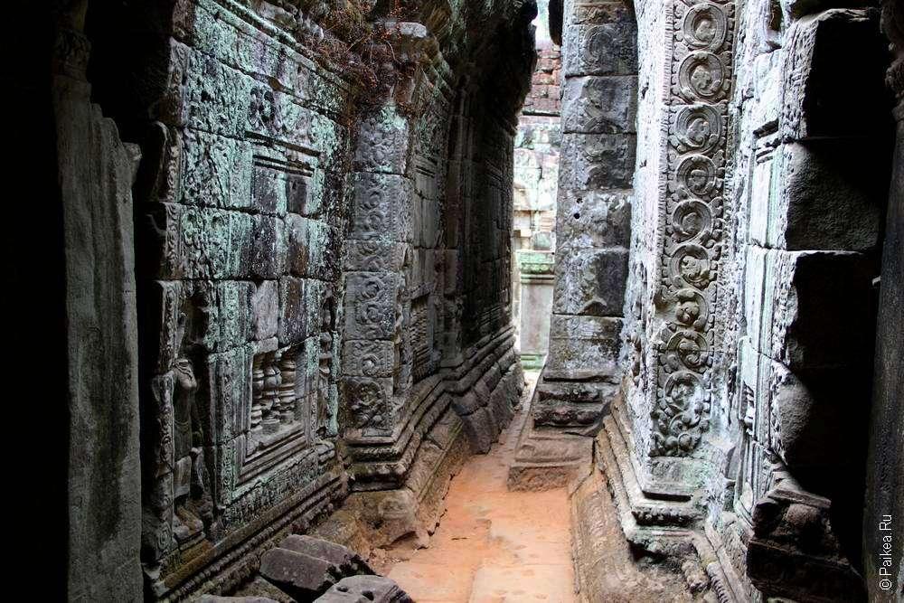Внутри кхмерского храма