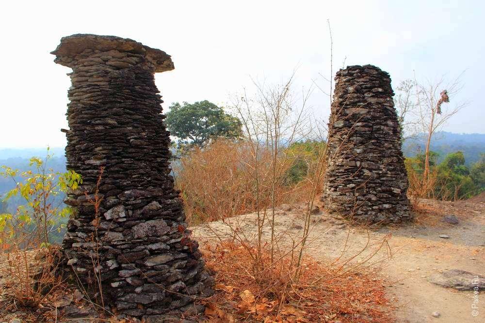 Башни с плитой наверху в Южном Лаосе