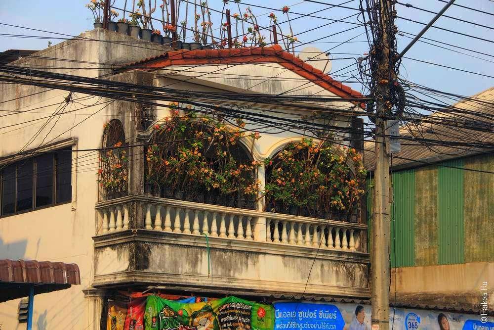 Балкон каменного здания в Таиланде