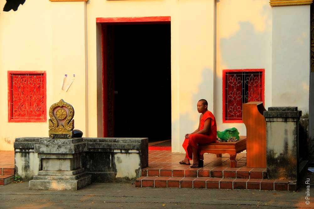 Монах в храме Таиланда