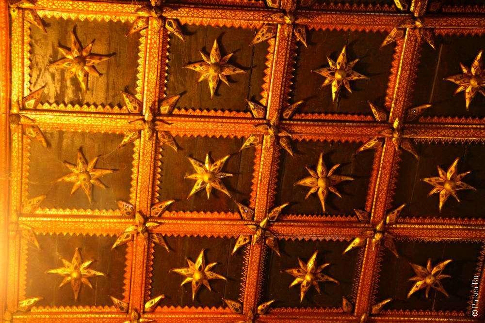 Звездная крыша в тайском храме
