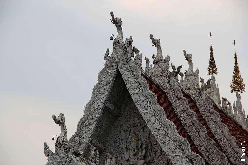 Наги на крыше буддистского храма