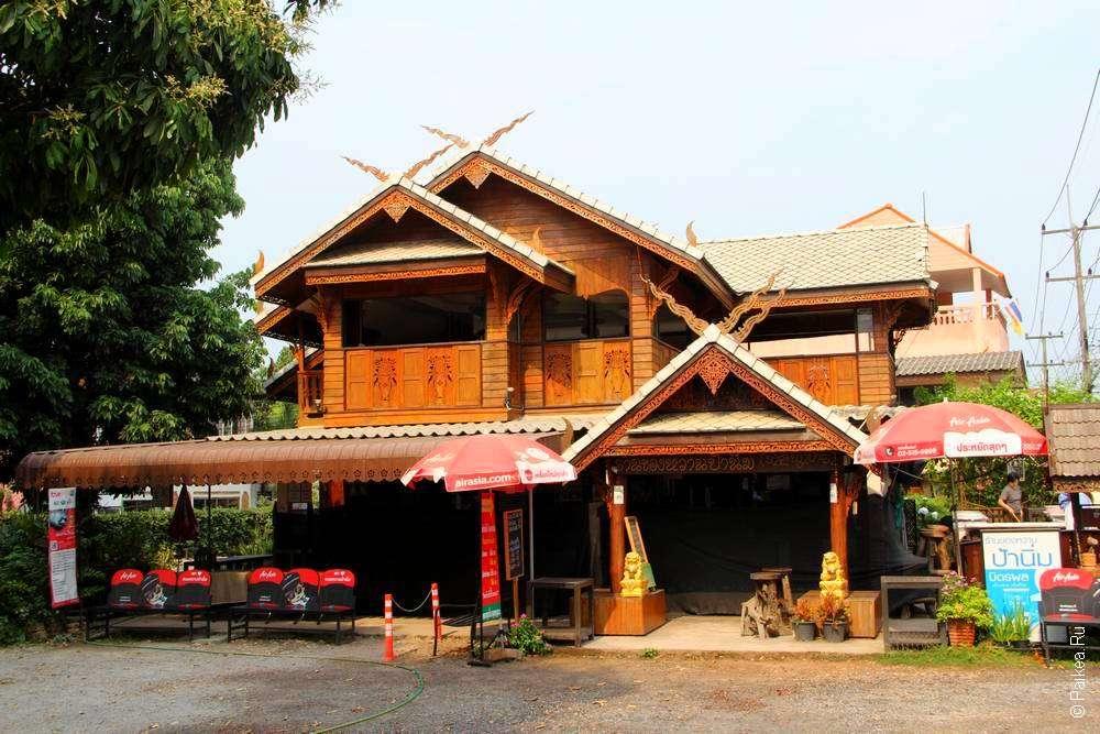 Деревянный дом в городе Нан