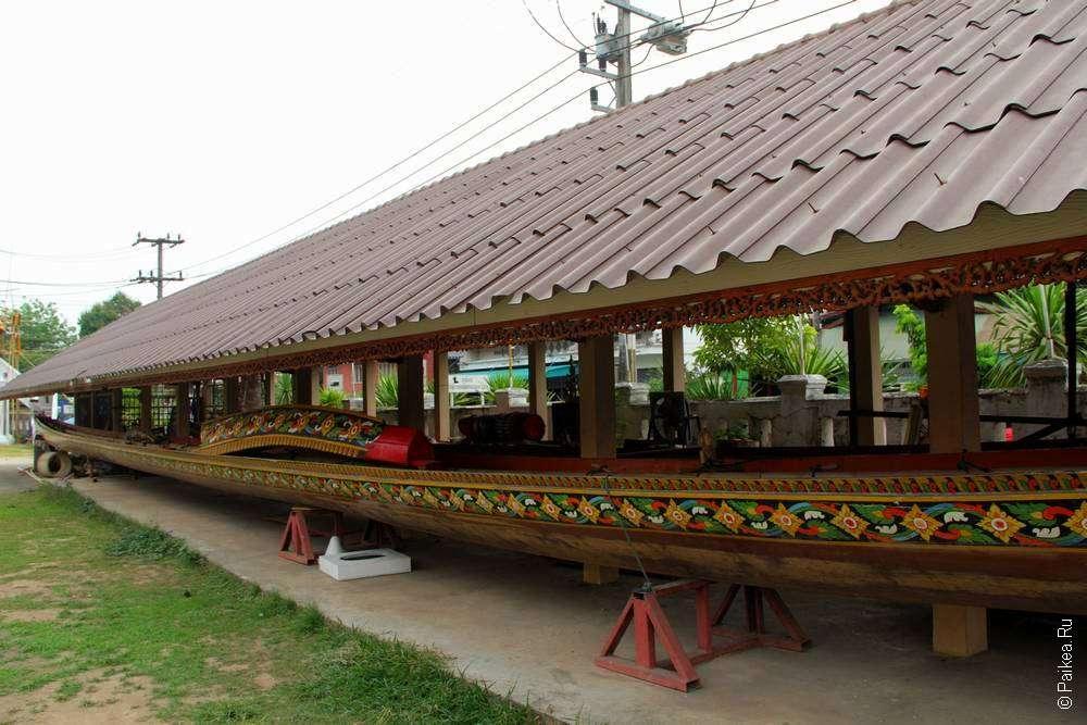 Лодка при тайском храме