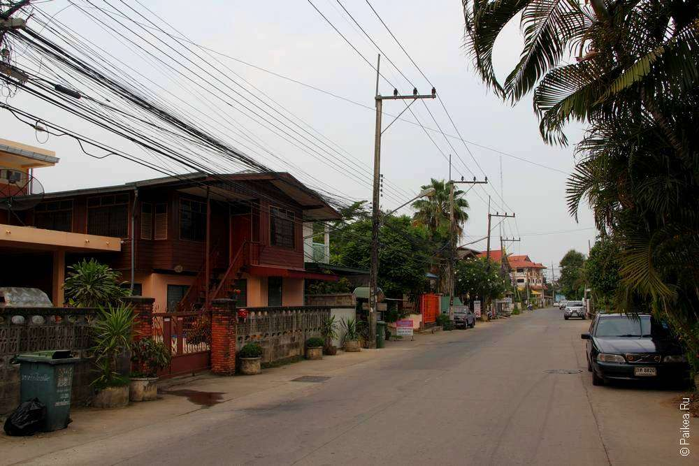 Улица в спокойном городе в Тайланде