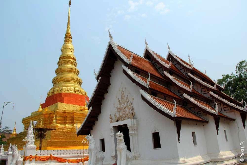 Многоуровневая крыша тайского храма и золотая чеди