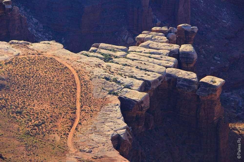 Белый песчаник на границе каньона