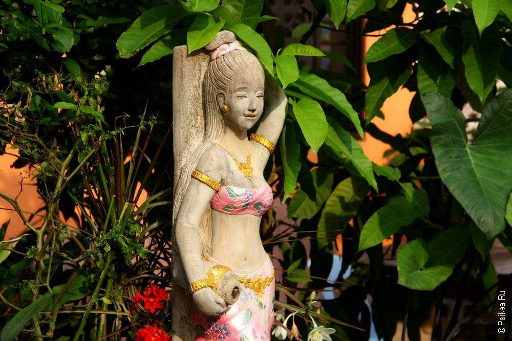 Статуя девушки в тайском храме