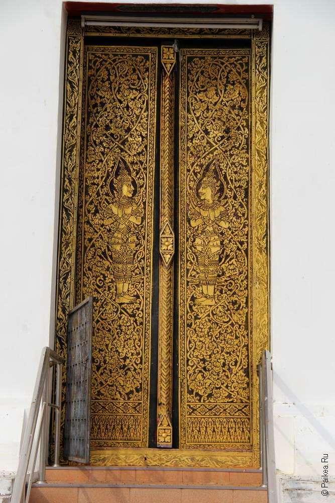 Резная деревянная дверь