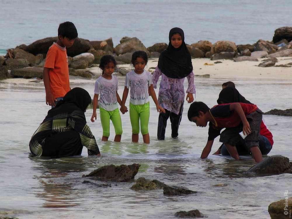 Мальдивы женщина и дети