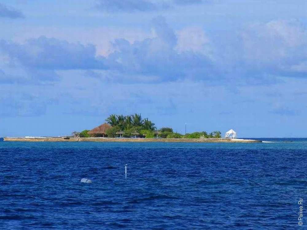 Небольшой остров с несколькими домиками