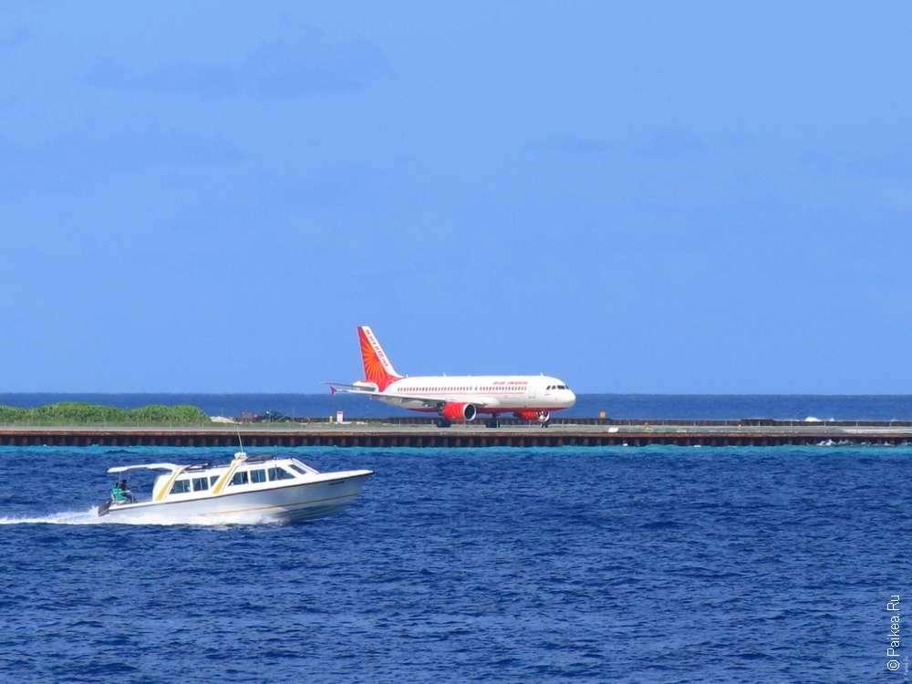 Аэропорт на Мальдивах. Взлетно-посадочная полоса на острове Хулуле
