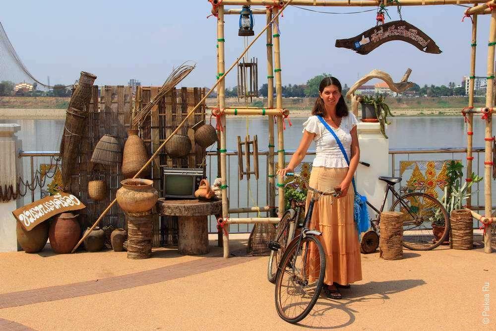 На набережной реки Меконг