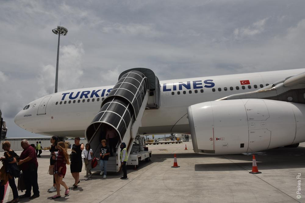 самолет в аэропорту мале