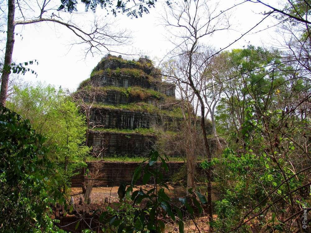 Вид на Прасат Пранг с соседнего холма