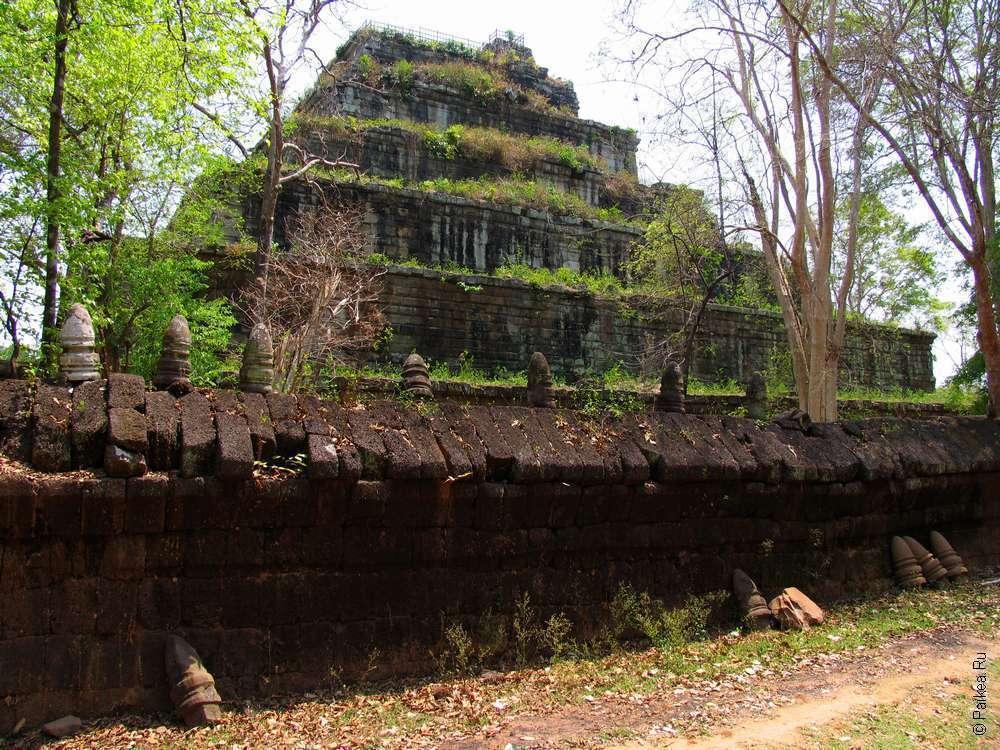 Стены из латерита с лингами вокруг пирамиды смерти