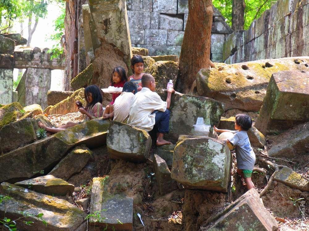 Отдыхают в тени древних руин Ангкора