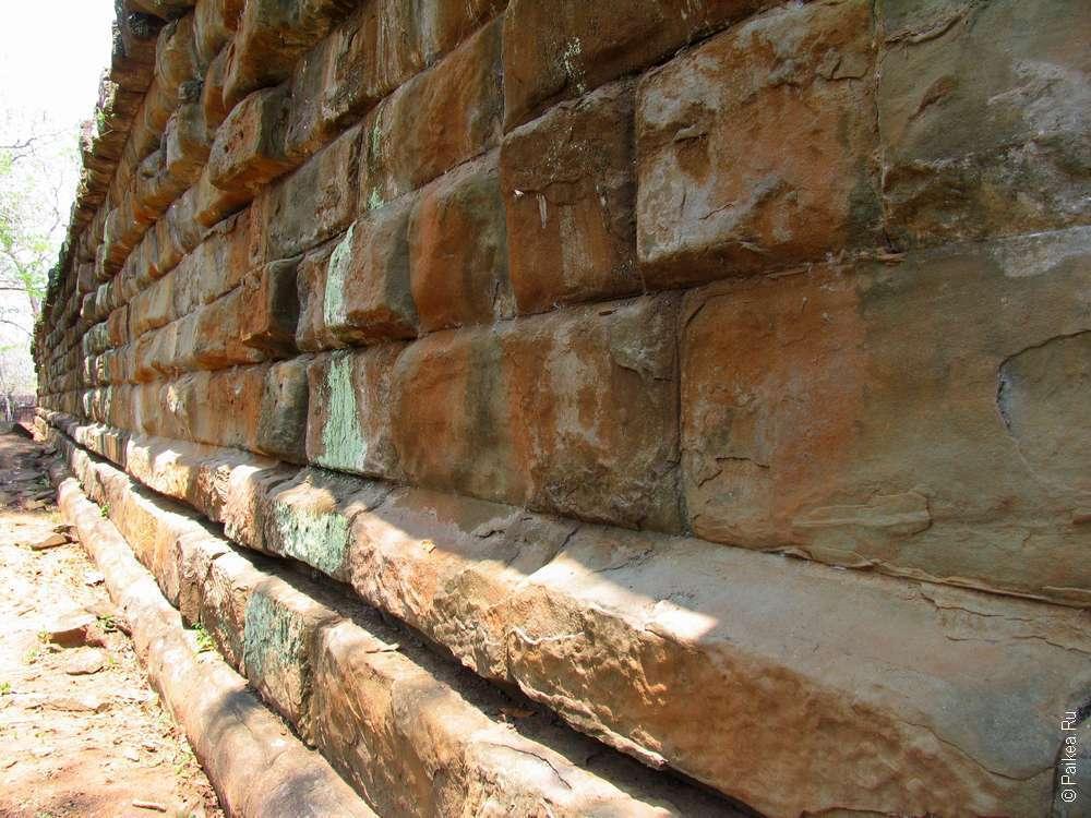 Внушительная стена первой ступени пирамиды