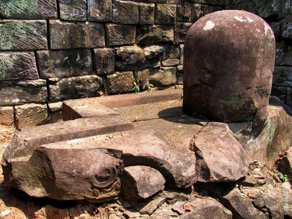 Линги даже маленьких прасатов больше, чем на территории других храмов Ангкора