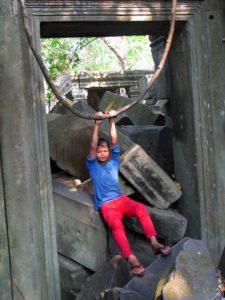 Юный экскурсовод в дальнем храме Ангкора