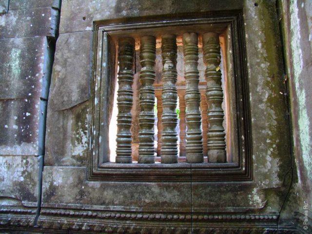 Окно с колоннами