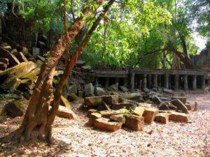 Остатки разрушенных элементов храма лежат где попало