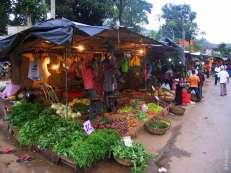 На вечернем рынке торгуют фруктами