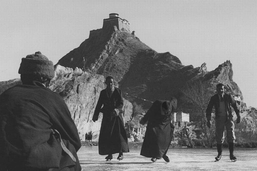 Генрих научил монахов Тибета не только кататься на коньках, но и играть в теннис