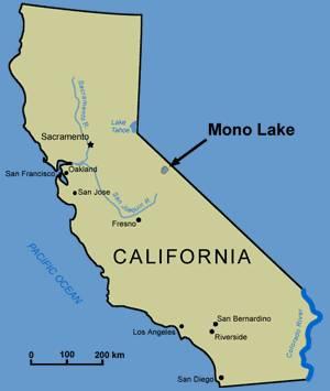 Озеро Моно находится в штате Калифорния США