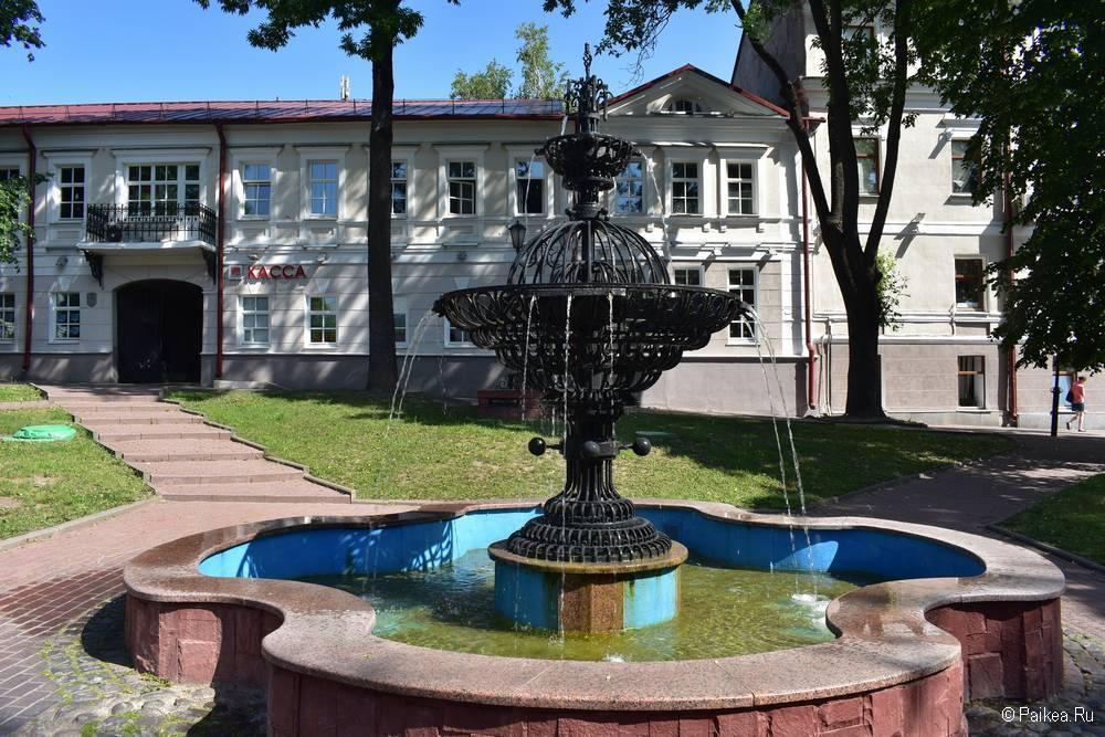 Фонтан в Витебске в сквере Маяковского позади памятника великану